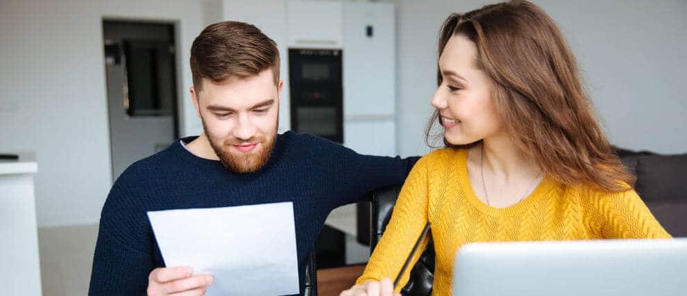 Man och kvinna gör sin första gemensamma budget