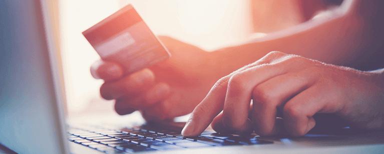 ansöker om kreditkonto på dator