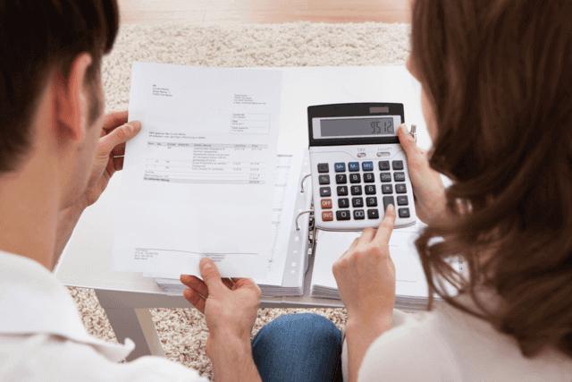 Man och kvinna vill få genom sin skuldsanering