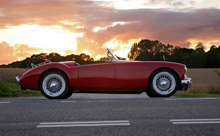 Röd bil i solnedgång