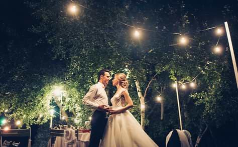 Par som dansar på bröllop