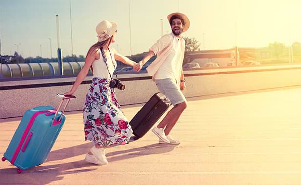 Par springer med resväska