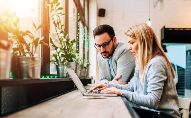Par handlar aktier på dator
