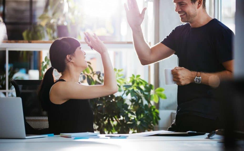 Medarbetare på Qred och Northmill gör high-five