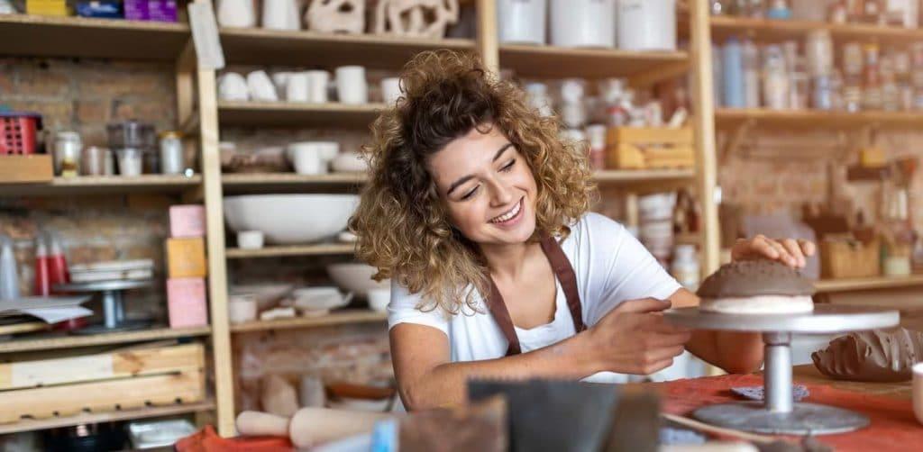 Glad kvinna som håller på med sin hobby