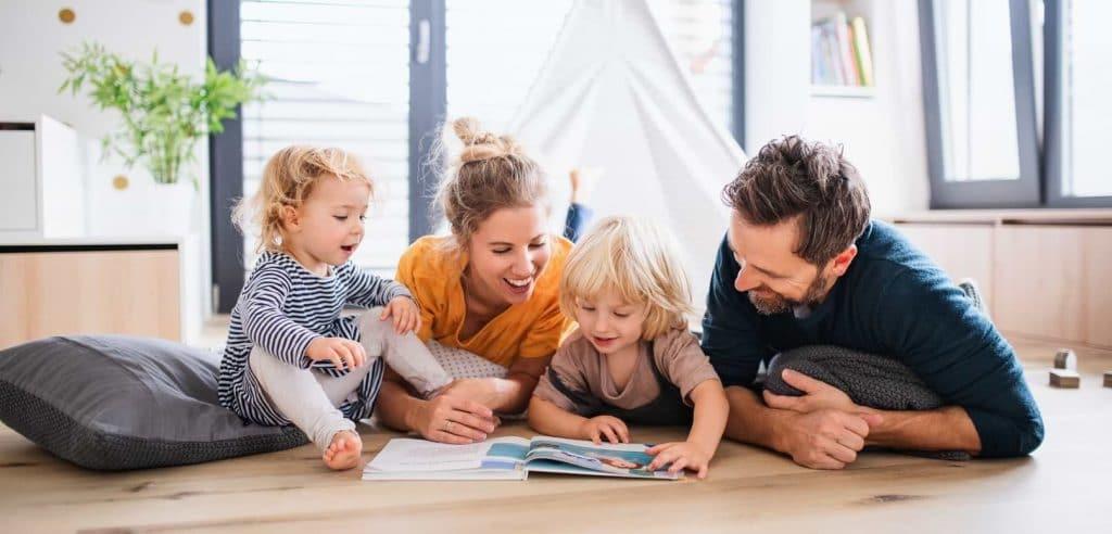 Man och kvinna spenderar tid med sina barn
