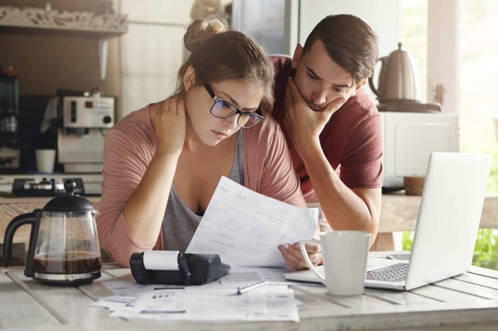 Ett par som går igenom sin ekonomi
