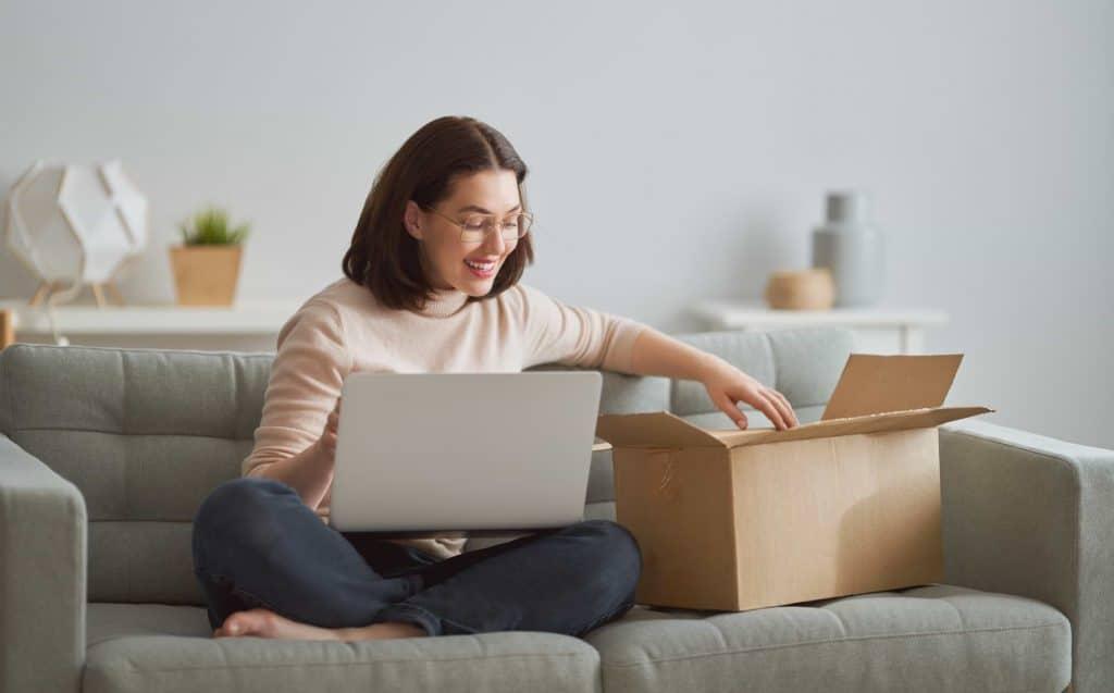 Kvinna skickar föremål som pant