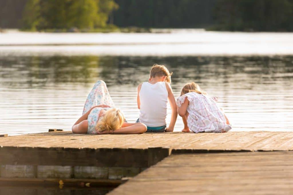 Familj på brygga under semestern