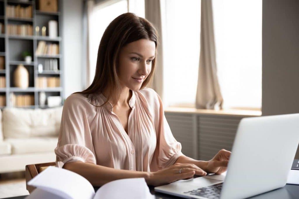 Kvinna vid dator som aktiehandlar