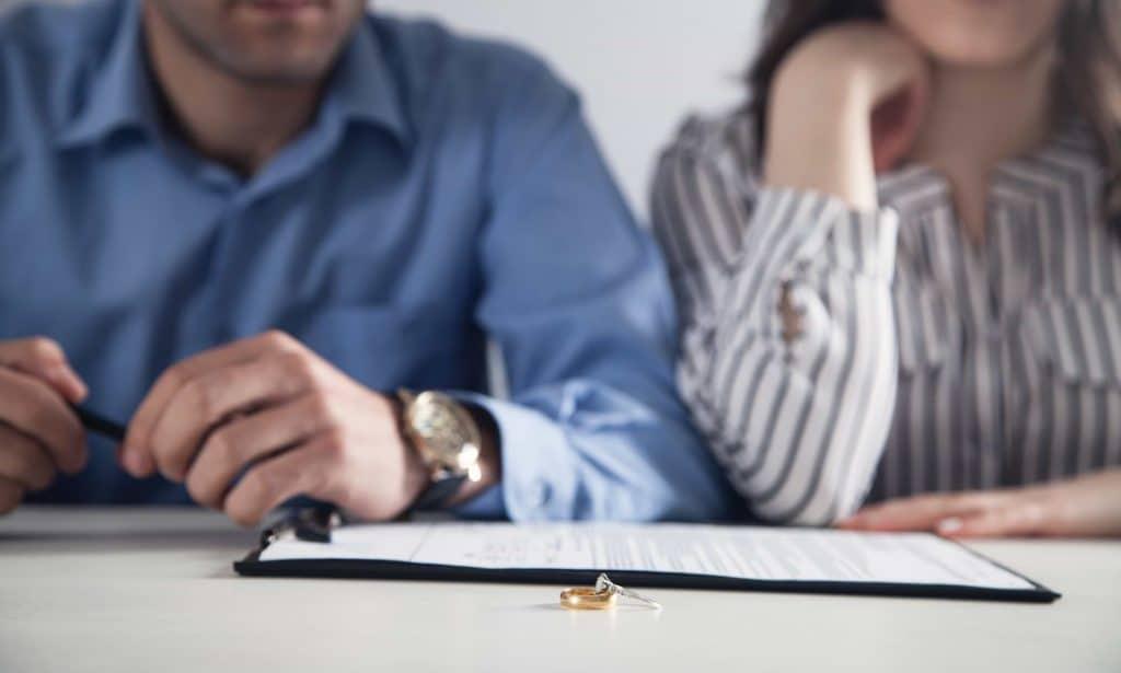 Par som skriver på skilsmässopapper