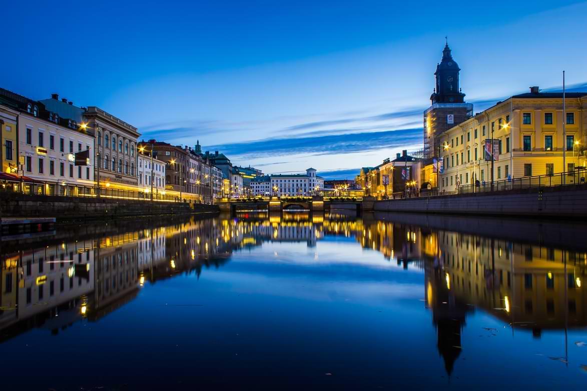 Svensk stad i skymning