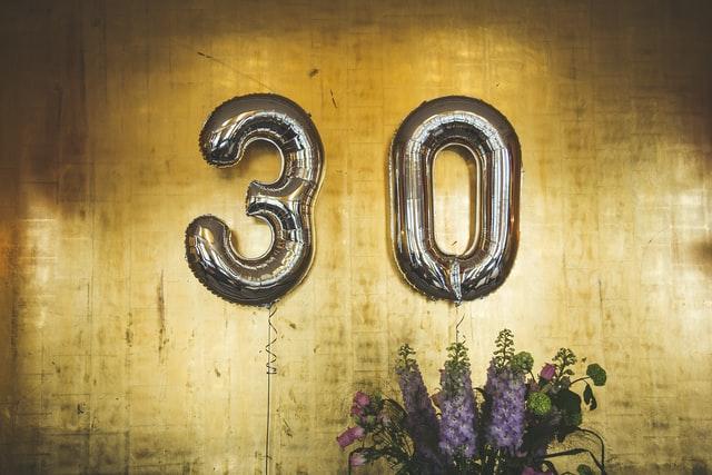 """""""30"""" skrivet på en vägg."""