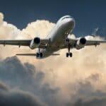 Ett flygplan uppe i luften.